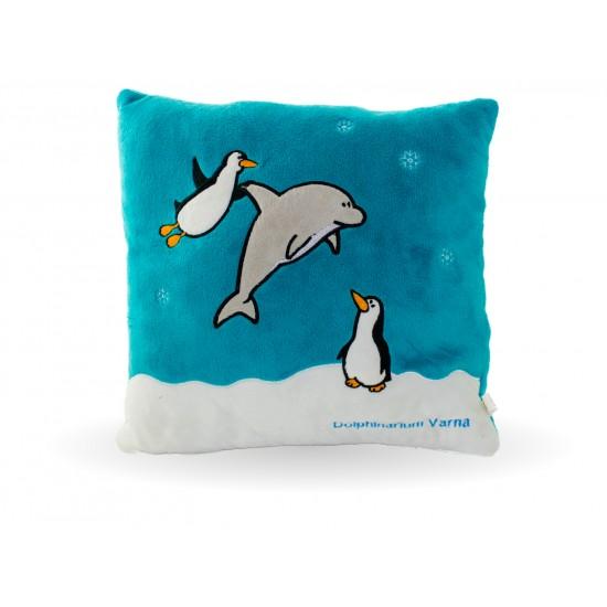 Плюшена възглавничка с делфин и пингвин.